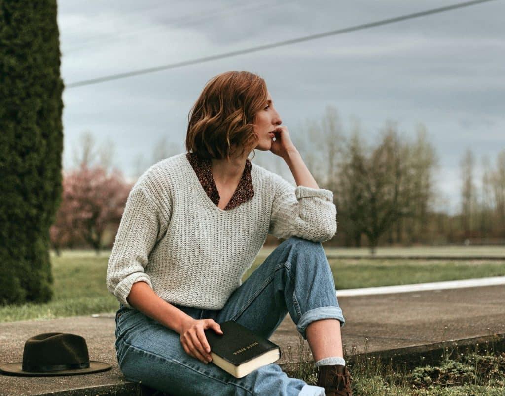 Vrouw zit op stoep en denkt na