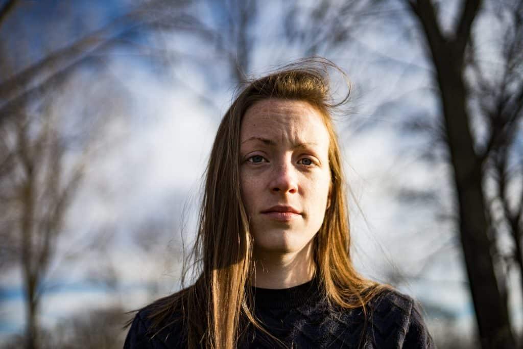 Vrouw kijkt geïrriteerd en uitgeput in camera