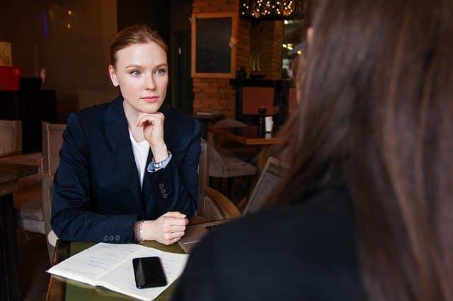 Burn-out: Vrouw in gesprek met collega