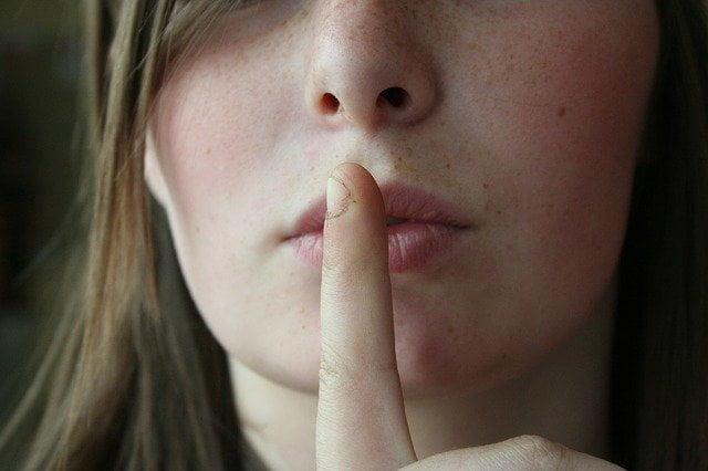 hooggevoelige vrouw maant om stilte