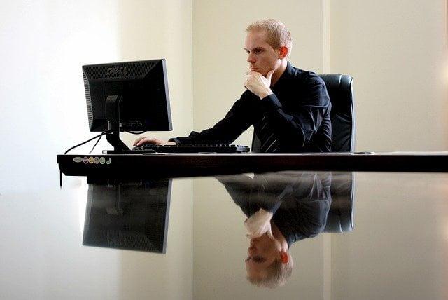 Man met stress achter computer